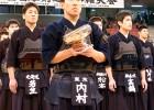 Учимура с купата на церемонията по награждаването
